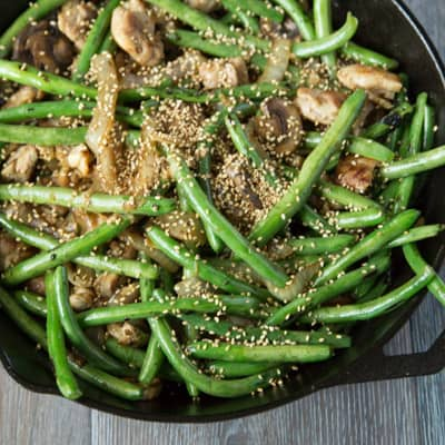 green bean stir fry with chicken and sesame seeds | tasteslovely.com