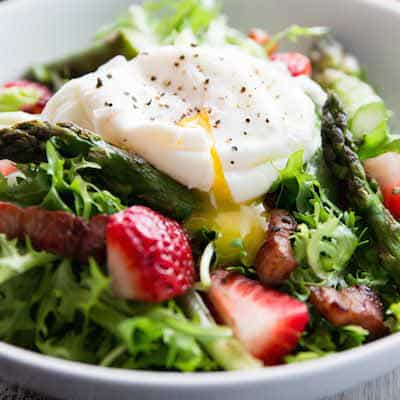 Asparagu-Bacon-and-Strawberry-Salad-with-Poached-Eggs-Recipe-7